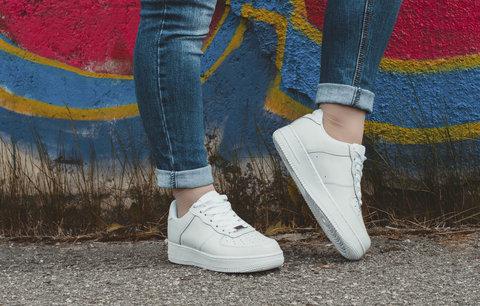Bílé tenisky se hodí ke všemu! Jak je nosit k pouzdrové sukni i k zimnímu kabátku