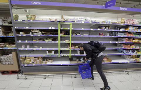 Lidé mají strach o Vánoce i croissanty. Nedostatek másla je pro Francouze šokující