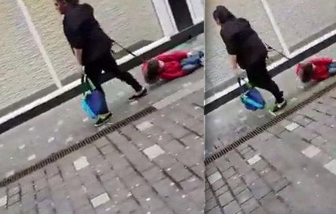 """Žena tahala dítě na vodítku po chodníku: """"Jsem dobrá matka, nikdo z vás si to neumí představit,"""" brání se"""