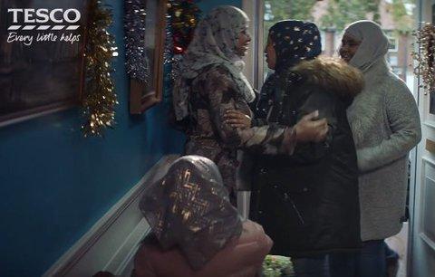 Muslimové ve vánoční reklamě pobouřili Brity. Tesco se brání: U nás je vítaný každý zákazník