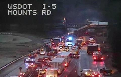 Vlak vyletěl z mostu v rychlosti 130 km/h. Nejméně 3 lidé zemřeli, stovka je zraněná