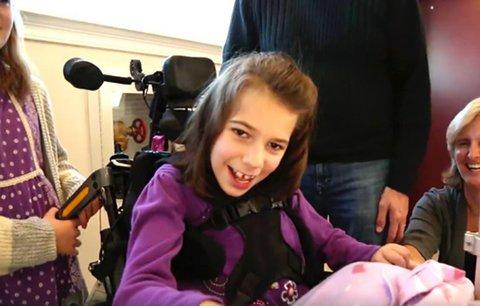 Sourozenecká láska! Nemocné sestře po obrně věnovala svůj hlas, aby mohla mluvit s rodinou