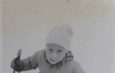 Kdo je tento malý lyžař s vyplazeným jazykem? Je to otec české královny svahů