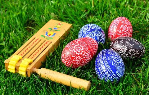 Velikonoční zvyky a tradice: Proč se na Velikonoce řehtá řehtačkami?