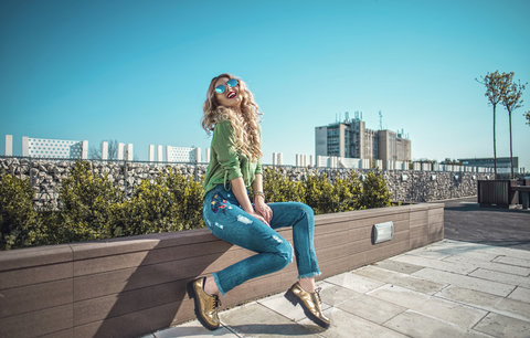 Nejžhavější džíny roku: Nosí se roztrhané kousky a retro střihy