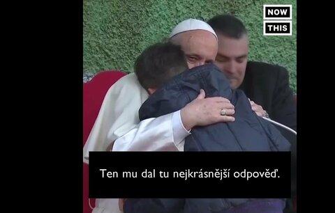 Může můj táta do nebe, i když nevěřil v Boha? Malý kluk dojal papeže