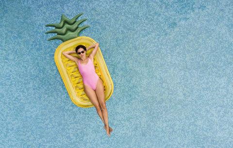 Ananas i jednorožec: Nejvtipnější lehátka do vody, která letos musíte mít