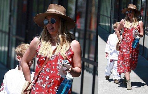 Styl podle celebrit: Hilary Duff oblékla červené květované šaty