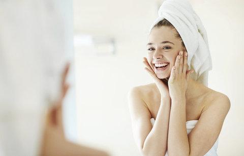 Nejčastější chyby při odličování, kvůli kterým si zhoršujete vrásky i akné!