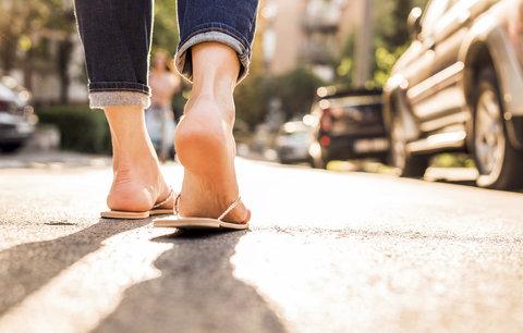 V letní obuvi vaše nohy trpí nejvíc! Jaké boty jsou ty pravé?