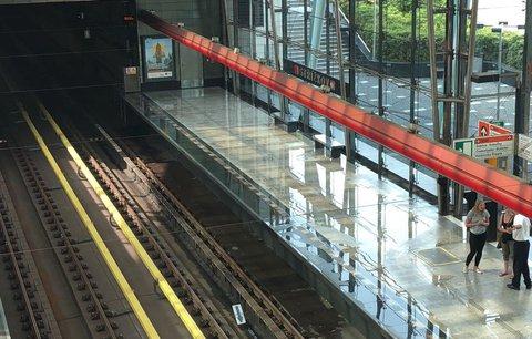 Na Střížkově nezastavovalo hodinu metro: Na nástupišti se vytvořila obří kaluž vody