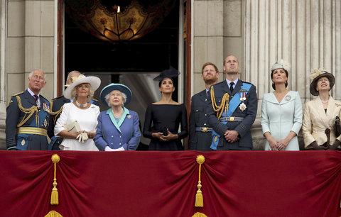 Vévodkyně Meghan stála na balkoně vedle královny! Další přešlap, nebo nová výsada?