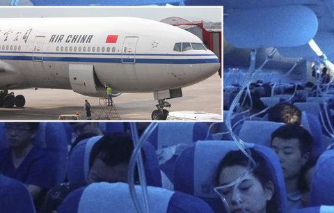Pilot si chtěl tajně zakouřit, lidem omylem ubral kyslík. Boeing šel k zemi