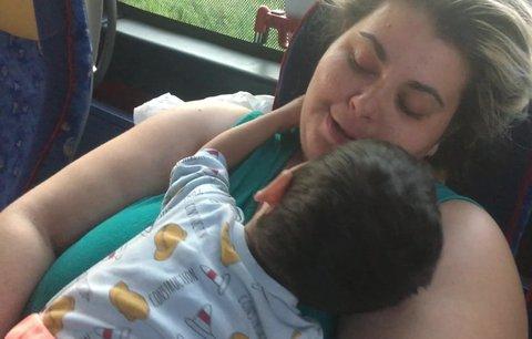 Krmení stříkačkou, 20 hodin v autobuse: Adrian (2) neměl žít ani den, jak zvládl cestu k moři?