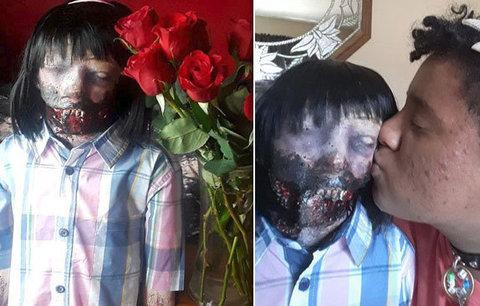 Zvláštní láska: Dívka se chce vdát za zombie panenku, její jméno si nechala i vytetovat