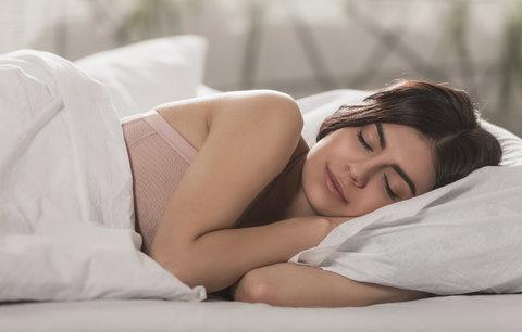 Máte problém usnout? Díky těmto trikům to dnes dáte za 2 minuty!