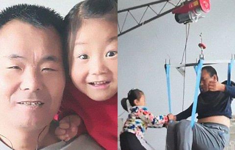 V šesti letech ji opustila vlastní matka a nechala ji starat se o ochrnutého otce