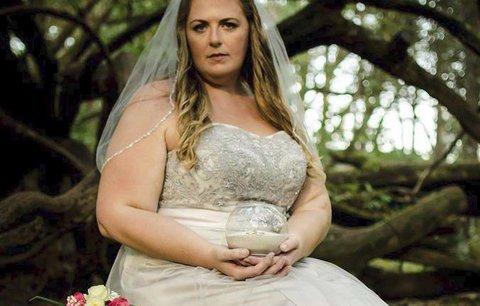 Přežila svou smrt, ale přišla o manžela. Fotkami s jeho popelem uzavírá jejich společnou minulost