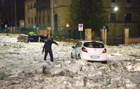 Půlmetrové závěje krup: Itálií se prohnala bouře, doprava kolabuje, školy zavřely