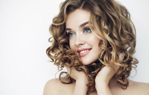 Test vlasových tužidel: Která neslepí vlasy a vytvoří dokonalý objem?