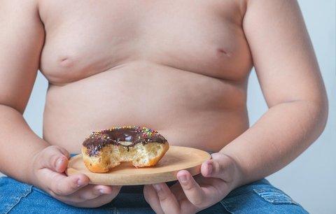 Česko dohání v počtu obézních dětí USA. Experti: Může za to reklama na chipsy a sladkosti