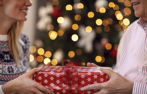 Dárek pro dědu k Vánocům: Víte, čím ho překvapit? Desítky tipů v galerii!