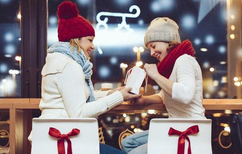 Dárek pro kamarádku k Vánocům nemusí stát majlant. Stačí dobrý nápad, inspirujte se v galerii