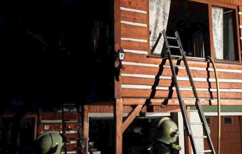 Tragédie před Vánoci: Matka samoživitelka s trojčaty přišla při požáru o střechu nad hlavou! Obec pro ni pořádá sbírku