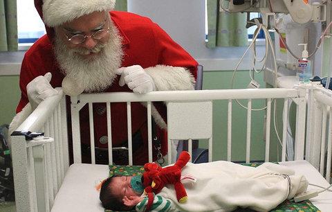 I děti, které musí být o Vánocích v nemocnici, chtějí zažít krásné svátky. A Santa jim to splnil!