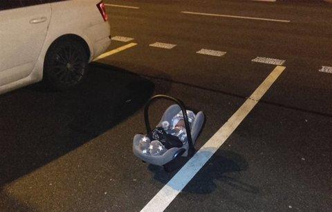 Rodiče zapomněli miminko na parkovišti v Mladé Boleslavi: Leželo na zemi před autoservisem