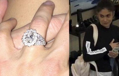 Diamantový prsten za statisíce i peníze: Zlodějka kradla ve velkém v pražských hotelech, hledá ji policie