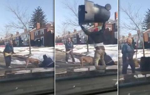 VIDEO: Pošťáka napadl vzteklý pitbul. Šest minut mu obřími zubisky drtil kotník