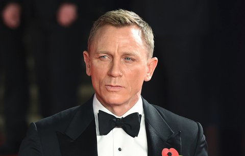 Daniel Craig slaví: První blonďatý Bond, který nesnáší zbraně