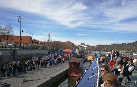 Pražané u řeky: Na Den Vltavy vyšlo počasí, někteří si stěžovali na fronty