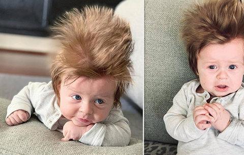 To je ale háro! Několikaměsíční chlapeček sklízí obdiv díky své bujné kštici