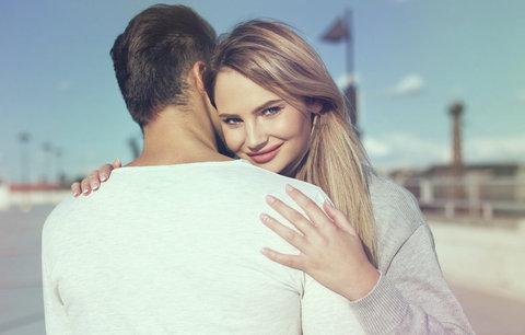 10 mužských vlastností, ze kterých se ženám podlamují kolena. Tohle na nich milujeme!