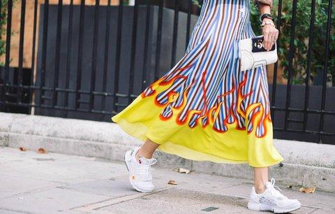 Bílé tenisky se hodí ke všemu! Jak je nosit k šatům i ke kabátku?
