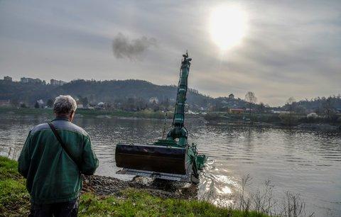 Unikátní stroje brázdí dno Vltavy: Koryto hloubí 43tunové dozery, ovládají se na dálku