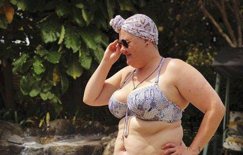 Smáli se jí na pláži kvůli bikinám a nadváze. Ona vzkazuje rodičům: Učte své děti pokoře!