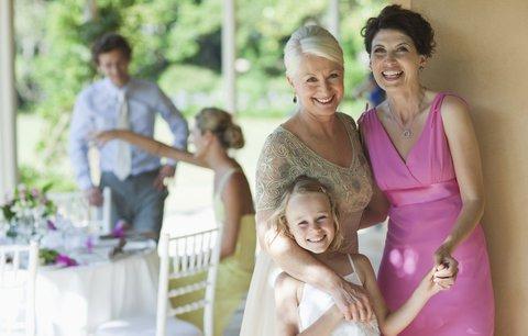 Chystáte se jako host na svatbu? V těchto šatech okouzlíte společnost