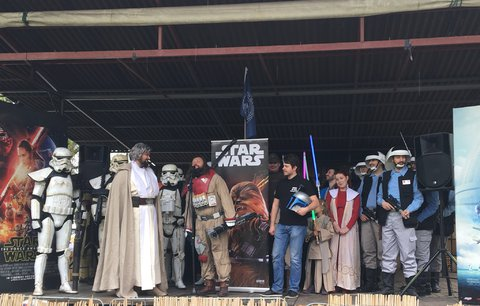 """""""Ať tě (Prahou) provází síla."""" Metropolí prošel průvod k oslavě mezinárodního dne Star Wars"""
