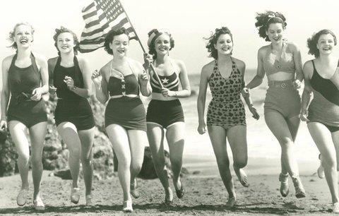 V čem chodily na pláž naše babičky? Podívejte se na vývoj plavek za posledních 100 let!