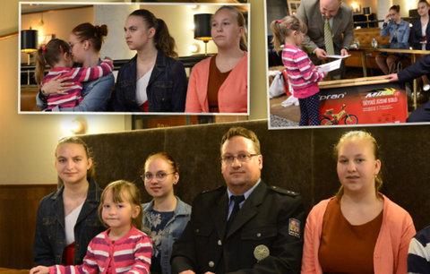 Policista Marek zůstal po smrti ženy sám s pěti dětmi. Z dárků plakali dojetím