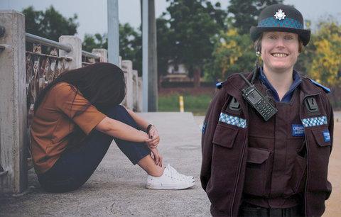 Z hrdinky vyvrhelem. Policistka rozmluvila dívce (19) sebevraždu, pak jí dělala návrhy