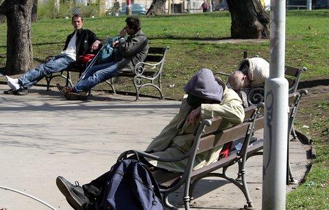 V Česku je dvakrát víc bezdomovců než dřív. Důvod? Alkohol a exekuce