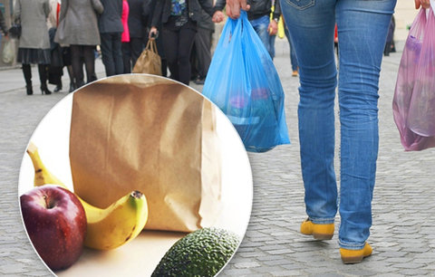 Konec papírových tašek? Obchody se vrací k igelitkám, jsou prý ekologičtější