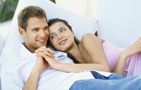 Mazlení utuží váš vztah víc, než sex!
