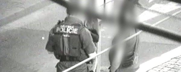 Zločinci přepadli v centru Brna mladíka s dívkou, strážníci zadrželi 5 celostátně hledaných