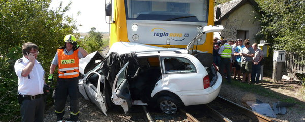 Vlak na Znojemsku smetl auto, muž a žena na místě zemřeli: Holčička bojuje v nemocnici o život