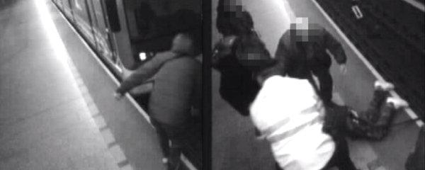 VIDEO: Opilý muž (34) dobíhal poslední dveře metra, které mu ujelo. Přepadl do kolejiště